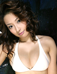 Model nao yoshizaki in white glove