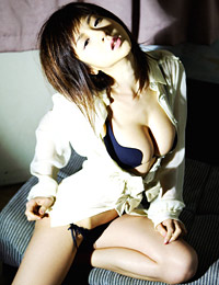 Model aki hoshino in cleavage display